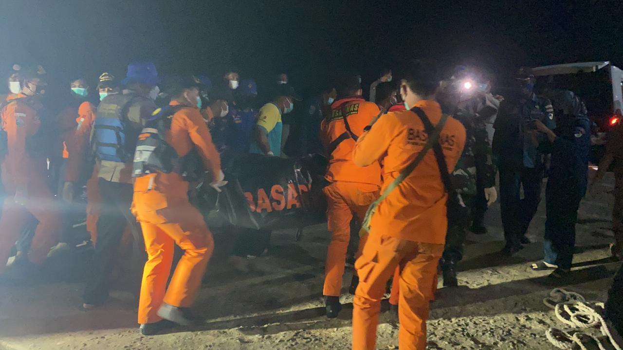 Tim SAR Gabungan Saat Mengevakuasi Jenazah Korban Kapal Motor Wicly Jaya Sakti yang Tenggelam di Perairan Kabupaten Tanjung Jabung Timur, Jambi. Foto : Humas Basarnas Jambi.