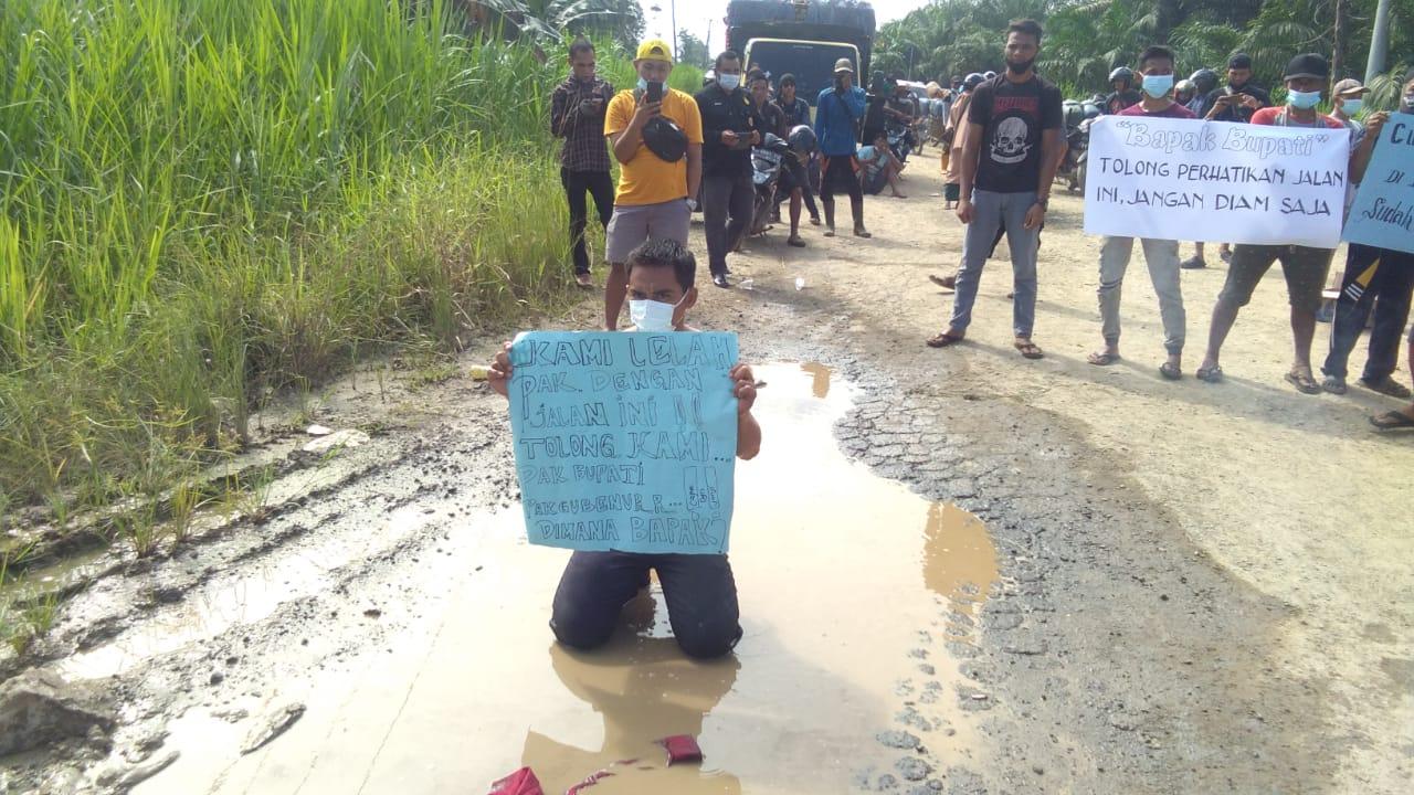 Protes jalan rusak, warga di Kecamatan Mendahara Ulu Blokade Jalan, Senin 31 Mei 2021. SELOKO.ID/Istimewa.