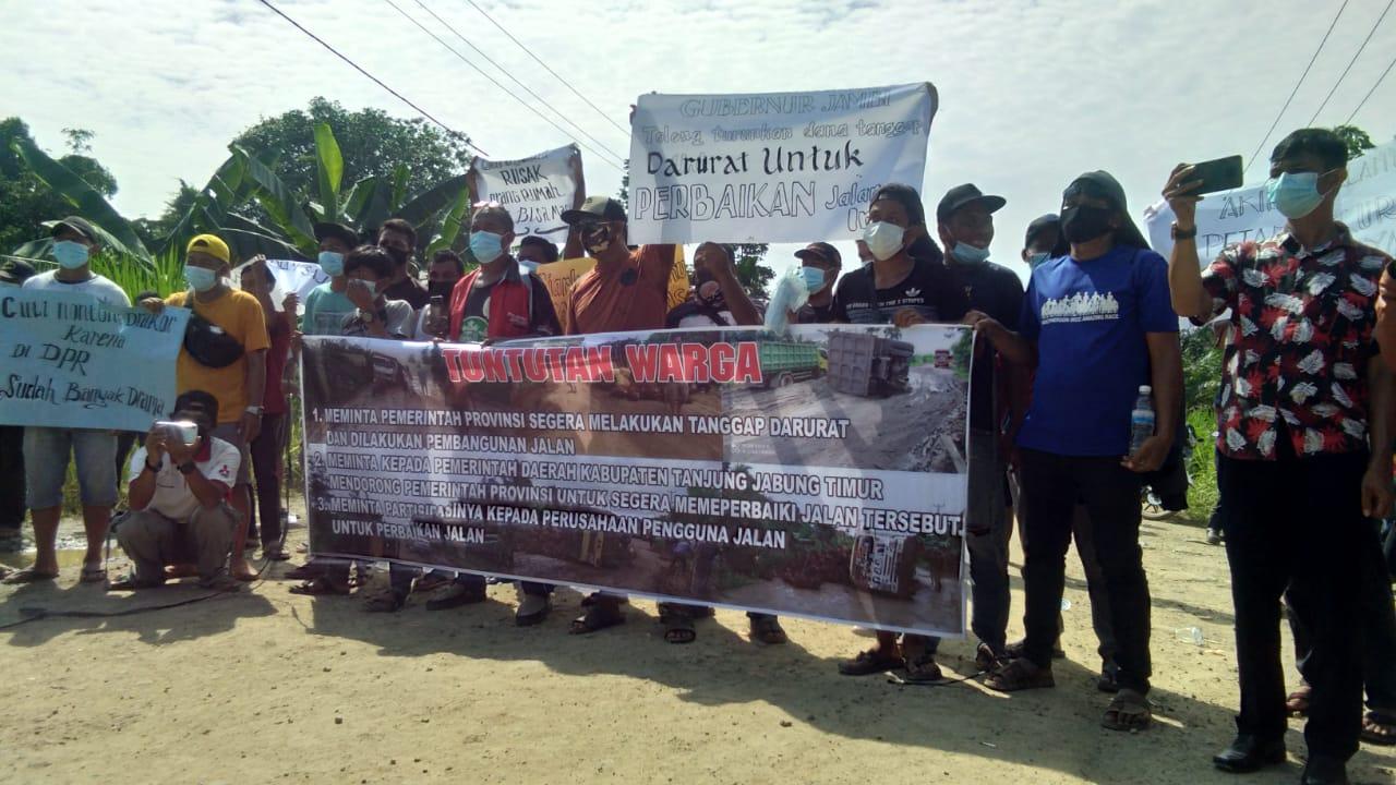 Warga menggelar aksi dan memblokade jalan rusak di Kecamatan Mendahara Ulu, Kabupaten Tanjung Jabung Timur, Jambi, Senin 31 Mei 2021. SELOKO.ID/Istimewa.