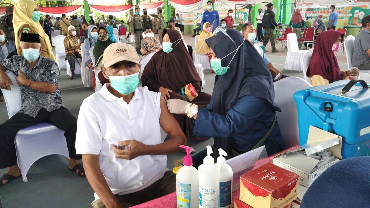 Lansia di Kota Jambi jalani vaksinasi Covid-19. SELOKO.ID/Istimewa.