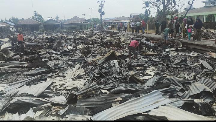 Kebakaran hebat di Desa Mendahara Tengah, Kecamatan Mendahara, Kabupaten Tanjung Jabung Timur, Jambi hanguskan ratusan rumah warga, Selasa 08 Juni 2021. SELOKO.ID/EKO WIJAYA.